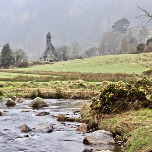 Randonnée en autonomie dans la vallée de Glendalough en Irlande.